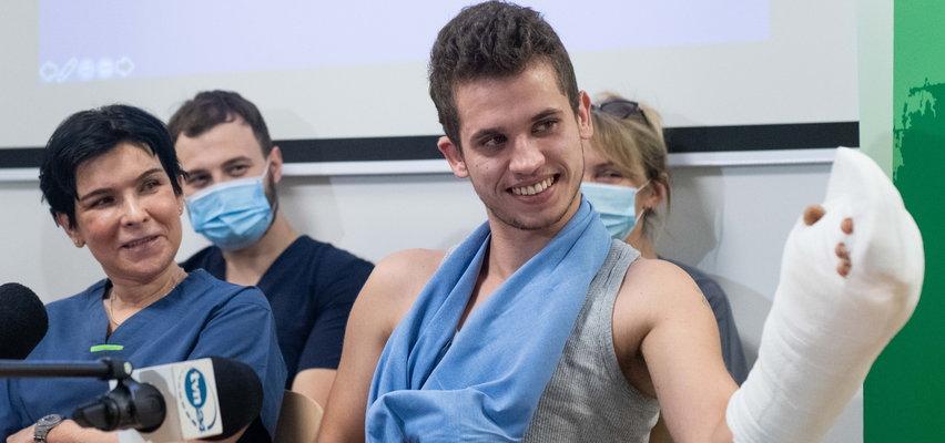 Tasakiem odcięto Maksowi rękę. Dzięki walce lekarzy 21-latek ją odzyskał