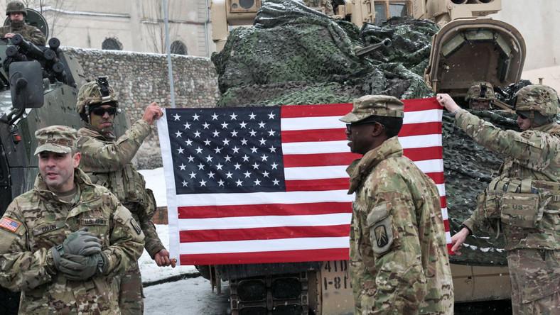 """Decyzja o wzmocnieniu wschodniej flanki została potwierdzona na szczycie Sojuszu Północnoatlantyckiego w lipcu 2016 r. w Warszawie. """"Dzisiaj to wielki dzień, kiedy możemy na polskiej ziemi tutaj w Żaganiu przywitać żołnierzy amerykańskich - reprezentantów najlepszej, najsilniejszej, najwspanialszej armii świata"""" - powiedziała szefowa polskiego rządu. """"Dzisiaj mogę powiedzieć, że obecność wojsk amerykańskich tutaj w Polsce to jest właśnie kolejny krok w realizacji strategii przez rząd Prawa i Sprawiedliwości wzmacniania bezpieczeństwa Polski, wzmacniania bezpieczeństwa naszego regionu"""" - podkreślała Szydło. Jak dodała, jej rząd """"dopełnił swojego zobowiązania, które podjął wobec Polaków, które podjął w trosce o bezpieczeństwo naszych rodaków i naszej ojczyzny"""". Premier przekonywała, że strategię tę rząd realizuje w trosce o przyszłość naszej ojczyzny i naszych obywateli."""