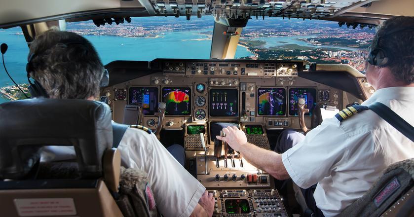 """Dużo pytań, mówienie per """"ty"""" i otwarta rozmowa o błędach - to najważniejsze rzeczy, jakich przedsiębiorcy powinni się nauczyć od pilotów samolotów"""