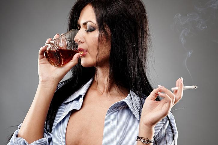 Umawia się z alkoholową kobietą