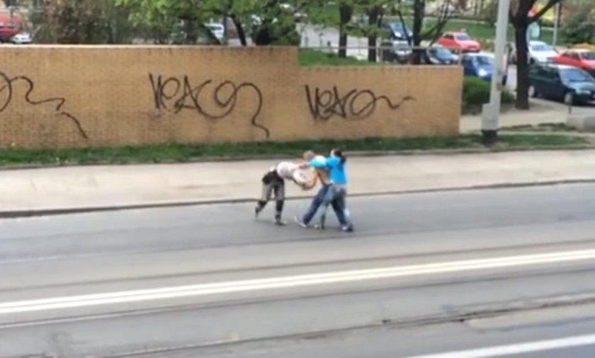 Pobili się na środku ulicy