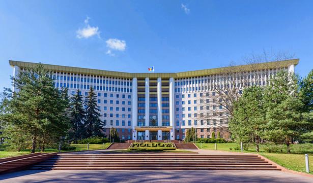 Głosujący w niedzielnych wyborach parlamentarnych w Mołdawii spotykają w pobliżu lokali licznych agitatorów. Zgodnie ze zmianą prawa nie obowiązuje cisza wyborcza, a jedyne ograniczenie to zakaz agitowania w lokalach i w promieniu stu metrów od nich.