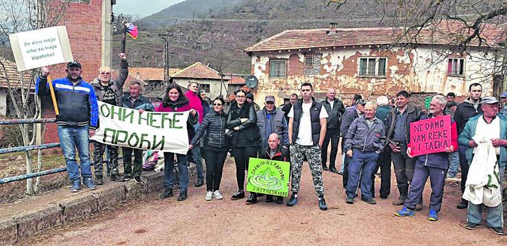Mestani okolnih sela i clanovi ORSP na jednom od protestnih skupova u Toplom Dolu
