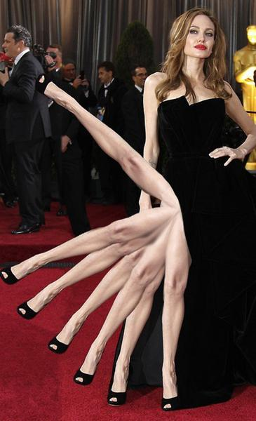 Mem z nogą Angeliny Jolie