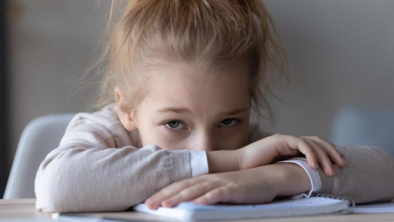 Smutne dziecko. Uczennica. Szkoła.