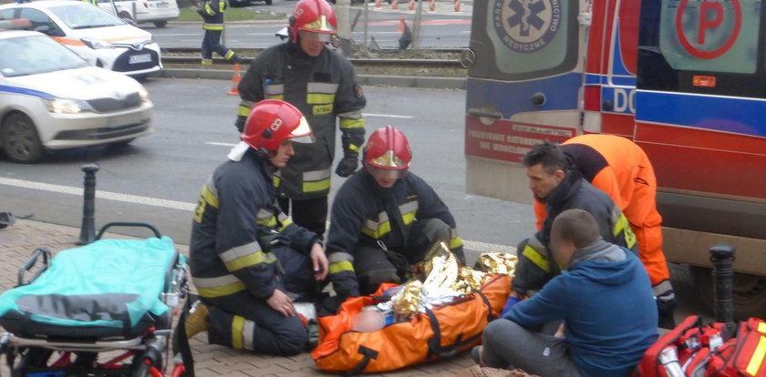 Groźny wypadek w centrum Wrocławia. Pirat drogowy zawisł na torach