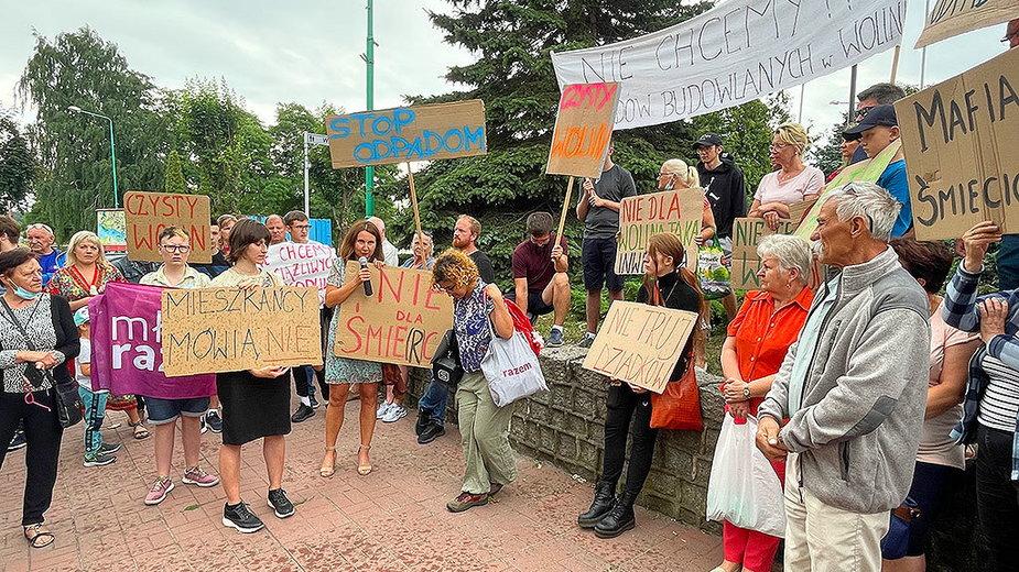 Mieszkańcy Wolina przyszli przed urząd, aby protestować