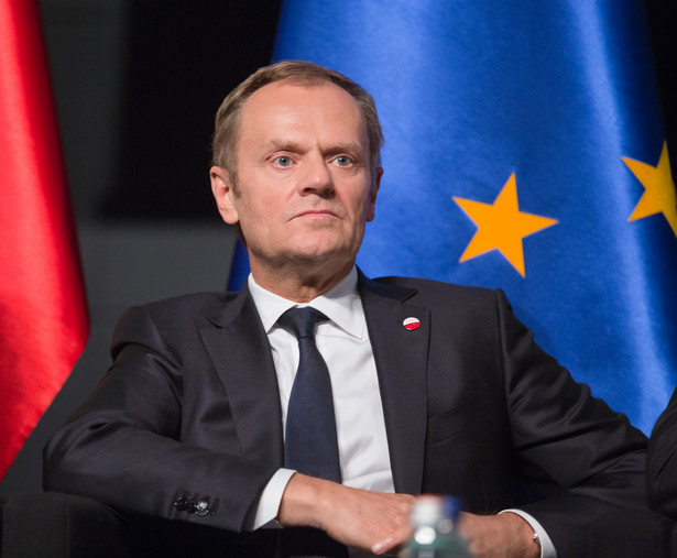 """Przewodniczący Rady Europejskiej podkreślał, że trzeba być """"ostrożnym"""" z """"rewolucjami ustrojowymi w Europie"""". """"Zmiany traktatowe w Europie wcale nie muszą służyć Polsce; wszystkie takie destabilizacyjne ruchy, rewolucyjne pomysły, raczej Polsce mogą zaszkodzić"""" - ocenił Tusk."""