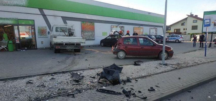 Groza w Koszycach. Niebezpieczny rajd 19-latka. Zderzył się z autem, potrącił pieszego i uderzył w ścianę sklepu. Zdjęcia przerażają