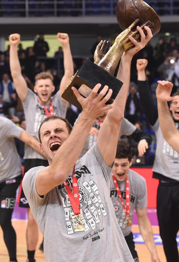 Kapiten Partizana Novica Veličković sa peharom za pobednika Kupa Radivoja Koraća