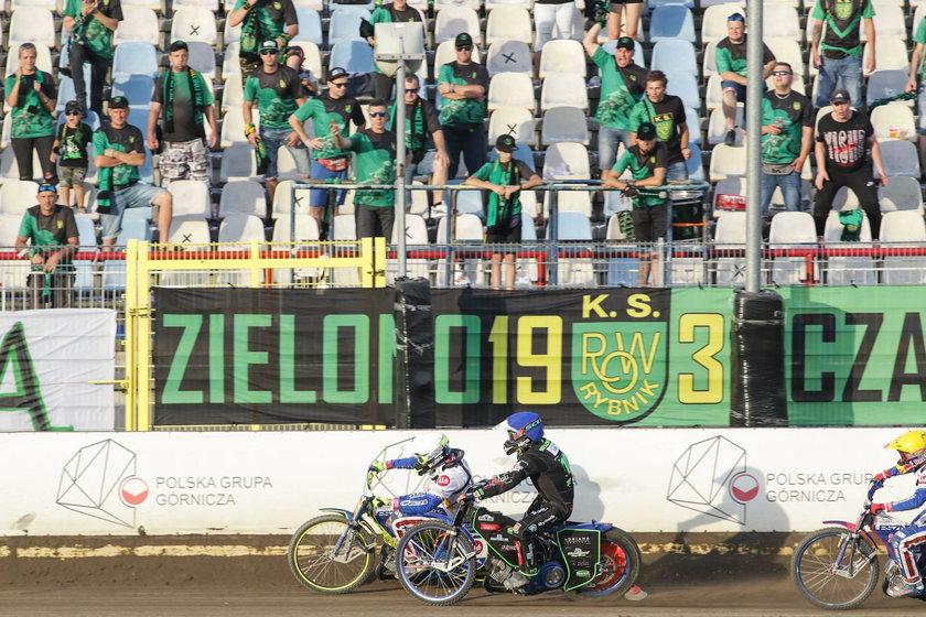 We wtorek w nocy władze żużlowych rozgrywek poinformowały o pozytywnym wyniku testu na COVID-19 przeprowadzonego u jednej z osób funkcyjnych pracujących podczas piątkowego meczu pomiędzy ROW-em Rybnik a Unią Leszno.
