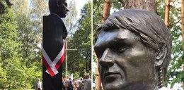 Synek Racewicz przy pomniku taty i jego słowa. Łzy lecą ciurkiem