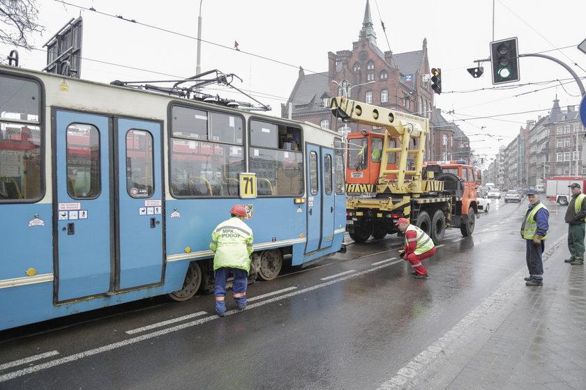 Wykolejony tramwaj we Wrocławiu