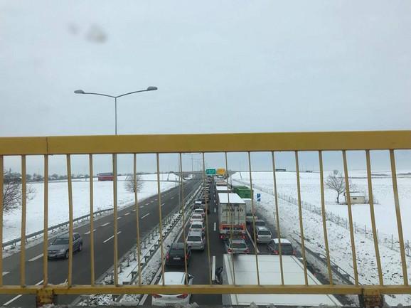 Zastoj na autoputu Beograd - Novi Sad kod Kovilja