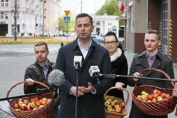 Przewodniczący PSL Władysław Kosiniak-Kamysz oraz przedstawiciele Forum Młodych Ludowców podczas konferencji prasowej z okazji Święta Pracy.