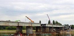 Robotnicy nasuwają nowy most Łazienkowski