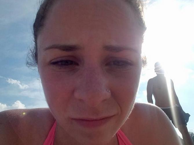 Vidite li čoveka iza mene? Ceo dan mi je na plaži postavljao OVA PITANJA i čuvajte se SVIH KOJI VAS TO PITAJU