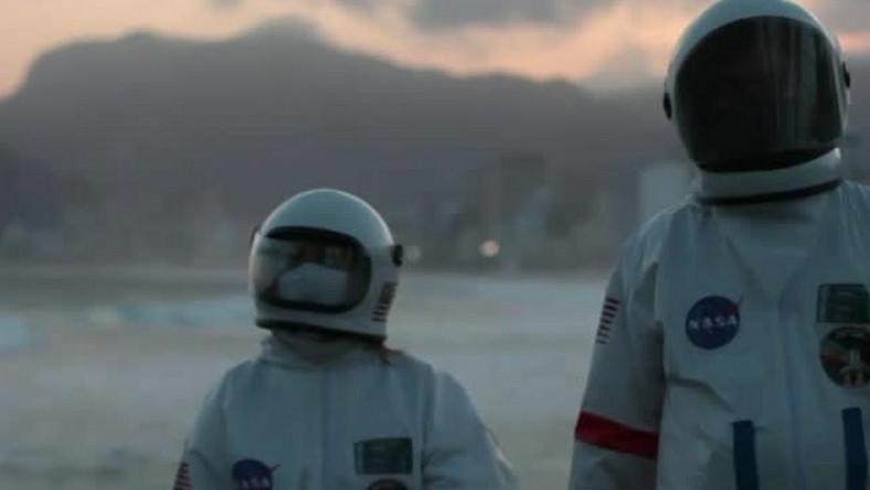 Para z Brazylii w strojach kosmonautów