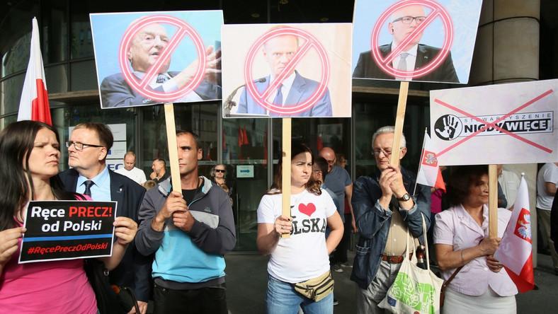 Demonstrację antyeuropejską zorganizowały: ONR, Ruch Narodowy i Młodzież Wszechpolska. Protest miał związek m.in z oświadczeniem wiceszefa Komisji Europejskiej Fransa Timmermansa, który oznajmił, że podpisanie przez prezydenta ustawy o sądach powszechnych uzasadnia uruchomienie procedury o naruszenie unijnych przepisów w momencie jej publikacji. W związku z tym KE dała Polsce miesiąc na rozwiązanie problemów.