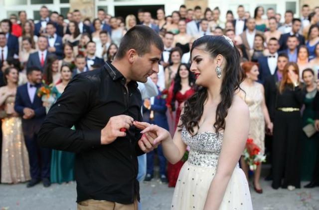 Aleksandar verio svoju dugogodišnju devojku Nikolina na proslavi mature