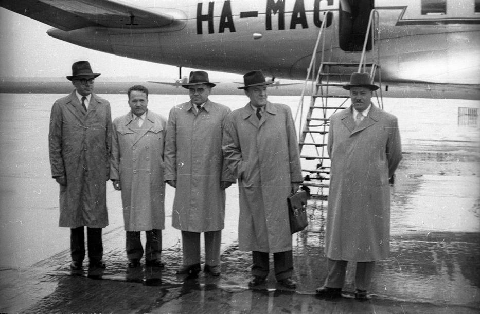 Kádár János (jobbról a második) különgépe előtt 1958-ban /Fotó: Fortepan FSZEK