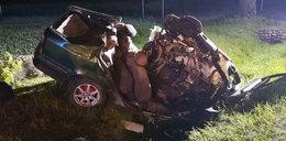 Tragiczny wypadek na krajowej 63! Zmasakrowany samochód. Nie żyją 2 osoby