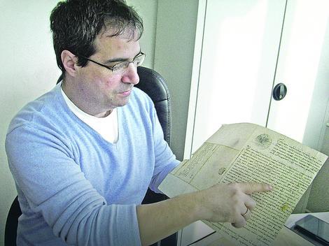Predrag Vidanović sa pismom monaha sa Hilandara koje se čuva u arhivu u Pirotu