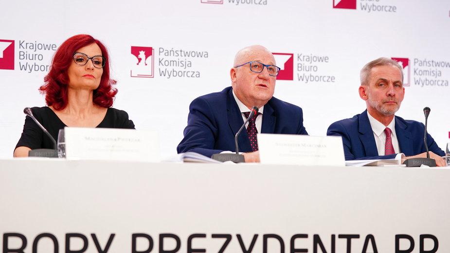Przewodniczący PKW Sylwester Marciniak, szefowa KBW Magdalena Pietrzak i zastępca przewodniczącego PKW Wojciech Sych