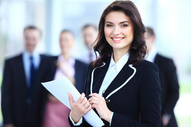 Specjaliści od rekrutacji i HR oraz dyrektorzy zazwyczaj mają swoje profile w portalach w rodzaju LinkedIn czy Goldenline. Można tam przejrzeć ich doświadczenie, zainteresowania lub opinie o ich pracy. Nie ma też przeszkód, by zaprosić ich do znajomych w takim portalu.