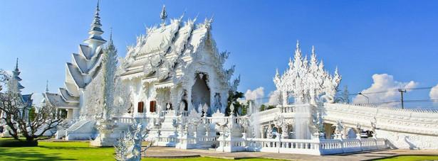Wat Rong Khun – czyli Biała Świątynia. Świątynia położona jest na północy Tajlandii, w pobliżu miasta Chiang Rai. Jako ciekawostkę można dodać, ze budowla nie jest jeszcze skończona ( budowę zaczęto w 1997 roku.)