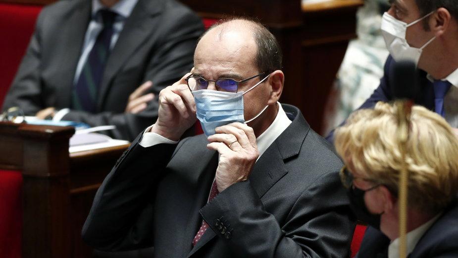 Jean Castex w maseczce w budynku parlamentu.