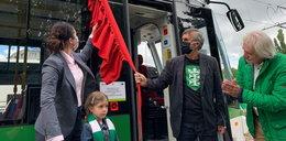 Biało-zielony tramwaj na torach w Gdańsku. Ma niezwykłego patrona