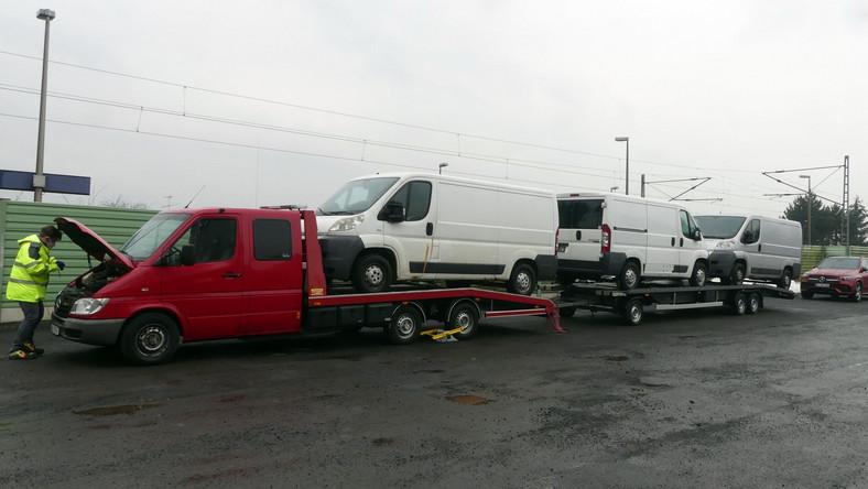 Niemiecka policja zatrzymała polskiego kierowcę, który przerobioną lawetą wiózł trzy auta dostawcze
