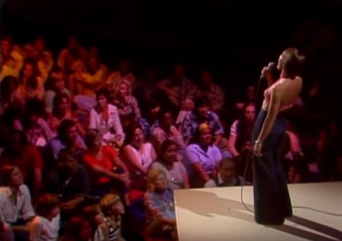 """Helen Redi tokom izvođenja pesme """"I Am Women"""""""
