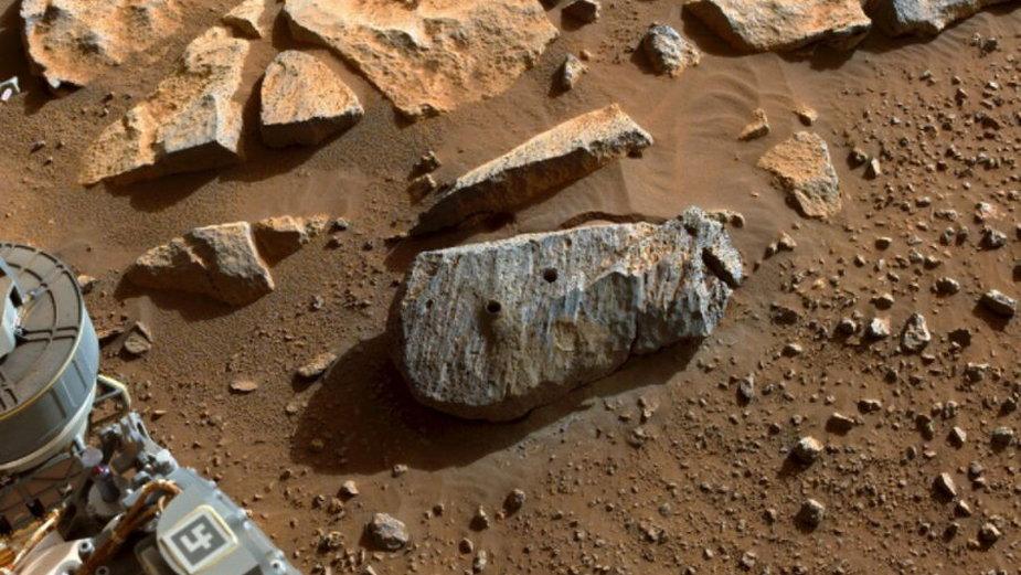 Skała Rochette, w której Perseverance wykonał dwa odwierty, fot. NASA/ JPL-Caltech