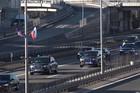 ČAK 28 AUTOMOBILA Ovako je izgledala Putinova kolona koja je prošla pustim ulicama Beograda (VIDEO)