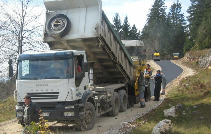 593681_os-01-opstina-umesto-ministarstva-placa-asfaltiranje-sest-seoskih-puteva-putevi-zlatar-na-asfaltiranju-foto-zeljko-dulanovic