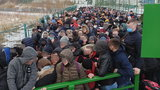 Tłumy podróżnych po ukraińskiej stronie przejścia granicznego Szeginie-Medyka. Zdjęcia obiegły Internet