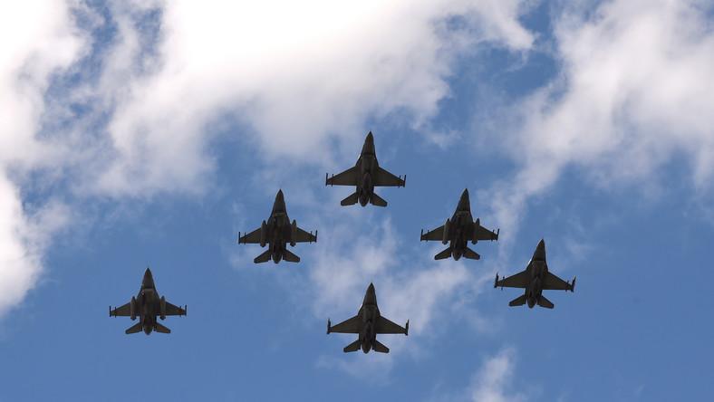 """Po nich nastąpił przelot samolotów turbośmigłowych i odrzutowych: transportowych M-28 Bryza, C295, C-130 Hercules; Zespołu Akrobacyjnego """"Orlik"""" na samolotach szkolnych PZL-130, a po nim ugrupowania bojowych Su-22, MiG-29 oraz F-16."""