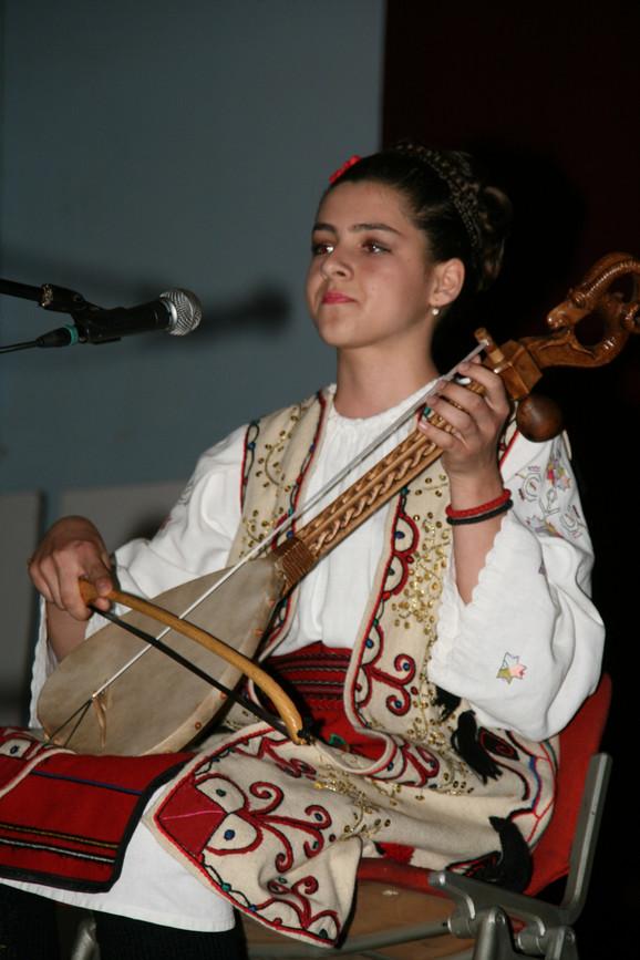 Bojana zna tridesetak narodnih pesama