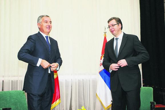 Da su zvanični Beograd i Podgorica spremni da reše međusobne probleme kako većina građana želi, imali bi znatno više bilateralnih sastanaka, naglašava Popov.