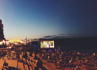 Filmowy wieczór nad Wisłą, czyli plenerowe kino w Fali – Pawilon