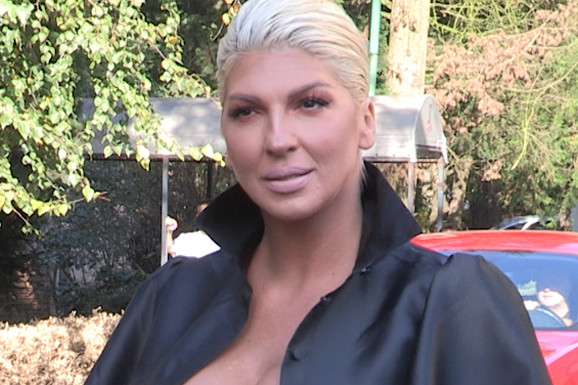 Jelena Karleuša na snimanju emisije ponela DUBOK DEKOLTE, pa pokazala BRADAVICE (VIDEO)