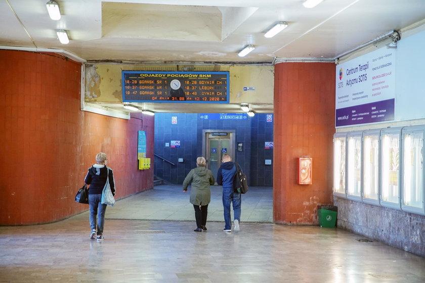 Wnętrze Dworca Podmiejskiego w Gdyni.