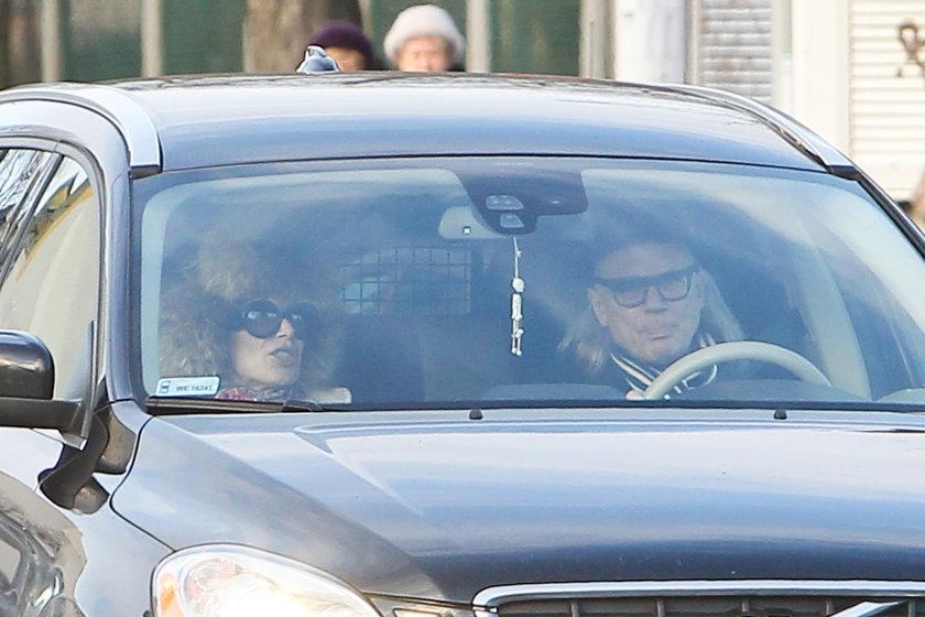 Kora i Kamil Sipowicz w samochodzie Volvo pod szpitalem
