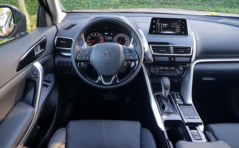 Na kierowcę czeka futurystyczny kokpit wraz z wyświetlaczem przeziernym typu Head Up i ze smukłym dotykowym ekranem systemu multimedialnego. Ten ostatni mógłby być bliżej prowadzącego