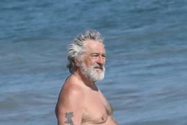 Opasan frajer za kojim su žene GUBILE GLAVE juče je proslavio 75. rođendan na plaži: Evo kako je to izgledalo