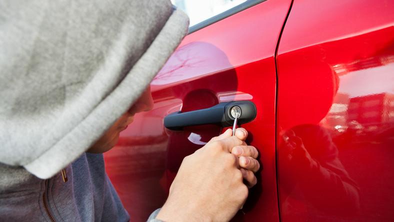 Nic tak nie potrafi zepsuć weekendu jak kradzież czy włamanie do samochodu, dlatego trzeba zawracać uwagę na miejsce, w jakim zostawiliśmy auto. - Sprawdźmy czy zamknęliśmy drzwi i bagażnik. Włączmy alarm i nie zostawiajmy w środku cennych przedmiotów, takich jak portfel, torebka, telefon czy tablet. To właśnie te rzeczy są najbardziej atrakcyjne dla złodziei. - mówi Jakub Łukowski.