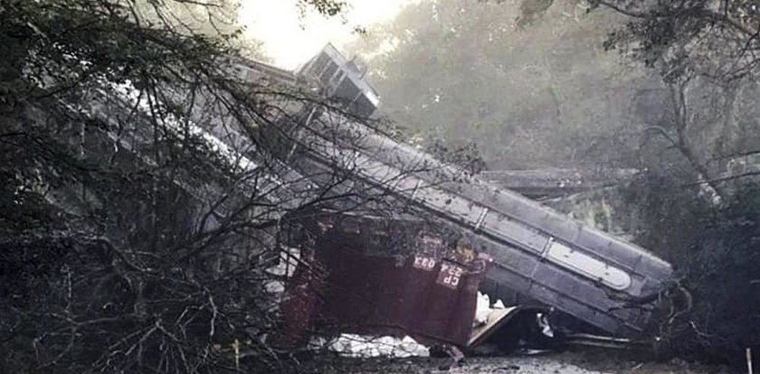 Katastrofa kolejowa. Pociąg spadł na autostradę