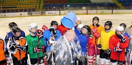 Prezydent Sosnowca z wiadrem lodu na głowie